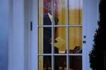 Барак Обама в последний раз идет в Овальный кабинет в качестве президента США. Вашингтон, США, 20 января 2017 года. Фото: Jonathan Ernst / Reuters    USA-TRUMP/INAUGURATION