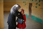 Мама поправляет шапочку дочери перед началом занятий в школе. Мосул, Ирак, 23 января 2017 года. Фото: Muhammad Hamed / Reuters   MIDEAST-CRISIS/IRAQ-SCHOOLS