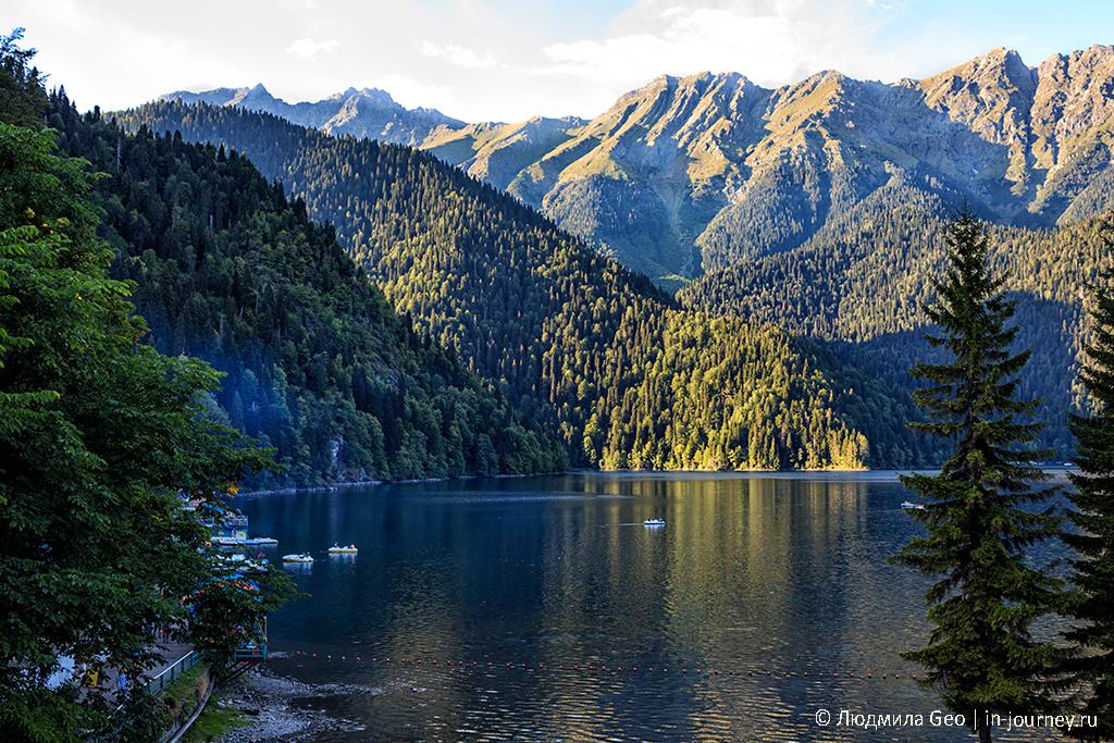 озеро Рица в окружении гор