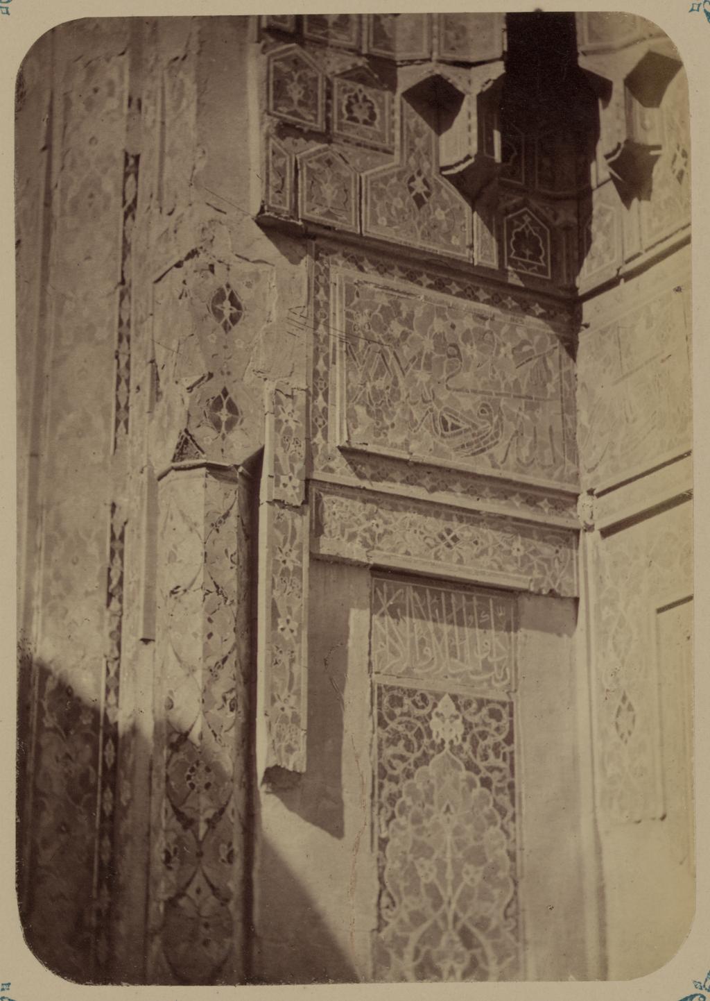 Вид разных частей входной ниши фасада (верхняя часть). Правая сторона