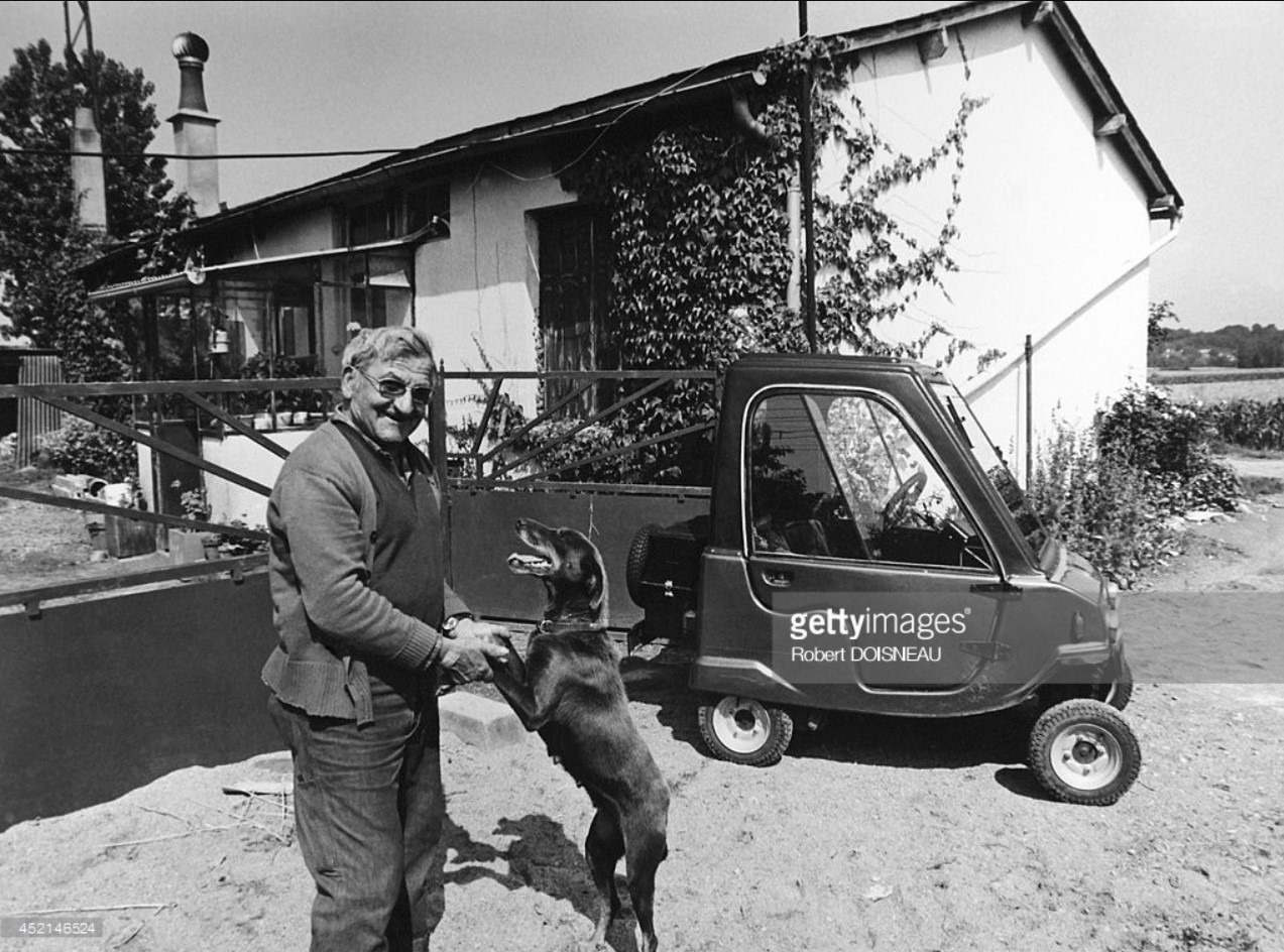 1980. Марсель Жирендо и его маленький автомобиль в Луаре