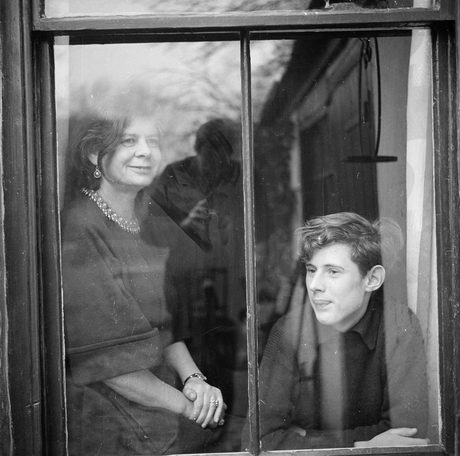 Маргарет Гардинер и ее сын   Мартин смотрят в окно