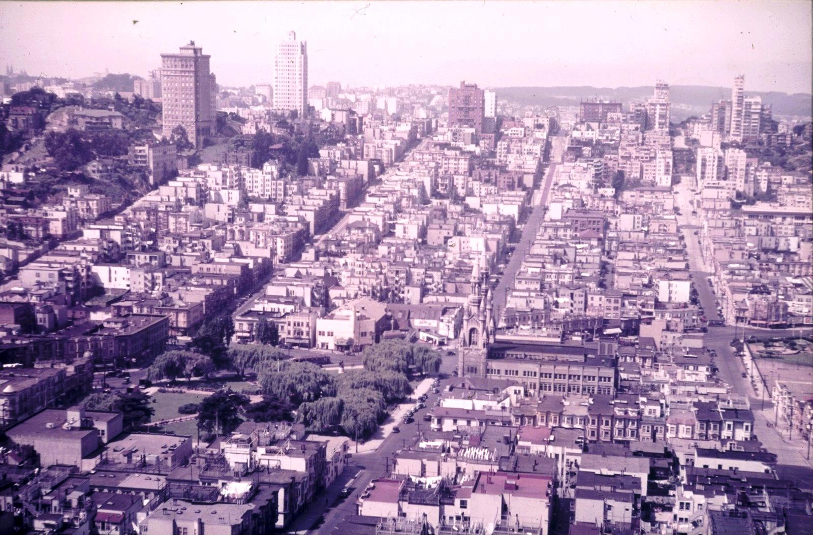 Сан-Франциско. Вид на Северный пляж с Вашингтонской площадью и церковью Св. Петра и Павла с Телеграф Хилл