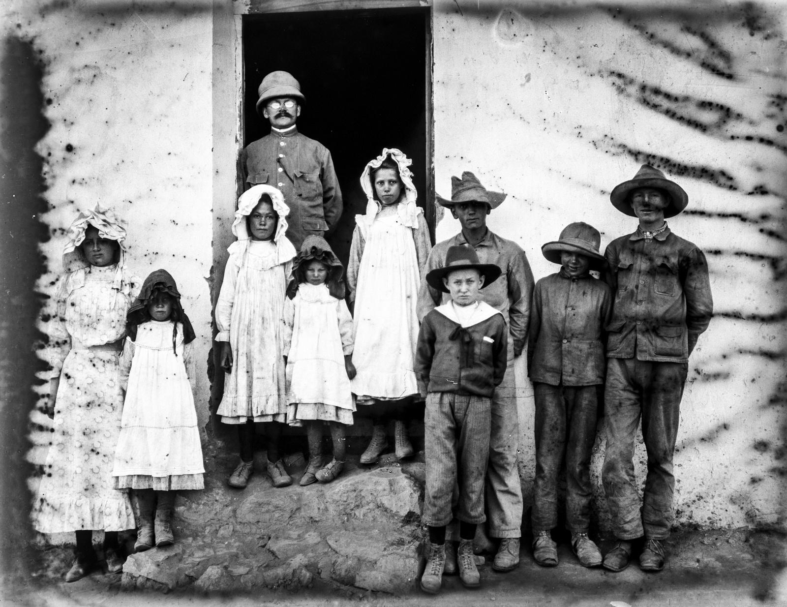 235. Групповой портрет учеников и учителя немецкой школы на севере горы Меру в Аруше