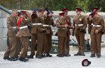 Члены Королевского Гибралтарского полка придерживают свои фуражки из-за ветра, готовясь к выстрелу из 21 пушки в честь 91-го дня рождения британской королевы Елизаветы. 21 апреля 2017 года. Фото: Phil Noble / REUTERS     BRITAIN-ROYALS/QUEEN