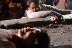 Сантимина Бананга оплакивает своего партнера Джимми Саида, который, по словам женщины, был застрелен неизвестным стрелком на мотоцикле в то время, как пара занималась попрошайничеством на улице Малаги, Филиппины, 22 января 2017 года. Фото: Ezra Acayan / R