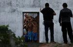 Полицейские переговариваются с заключенными, сбежавшими из тюрьмы Алькакуз во время бунта. Наталь, Бразилия, 23 января 2017 года. Фото: Nacho Doce / Reuters   BRAZIL-PRISON/