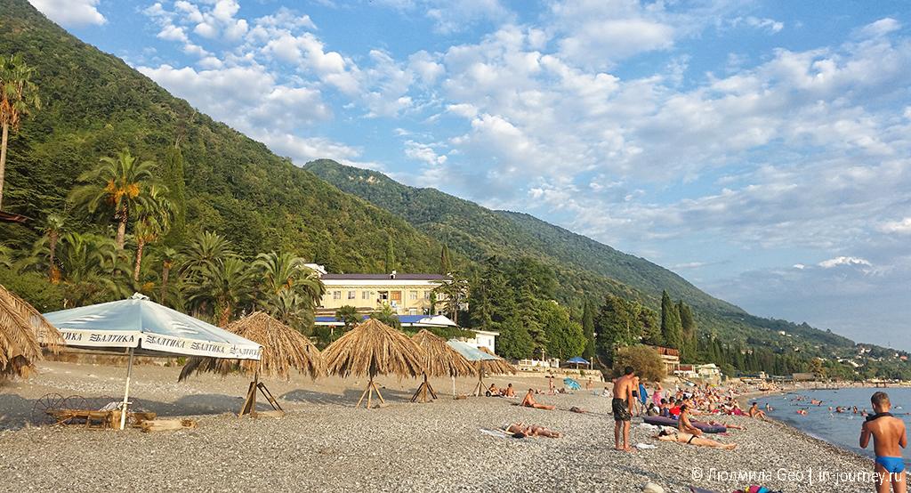 Черное море в Гагре в солнечную погоду