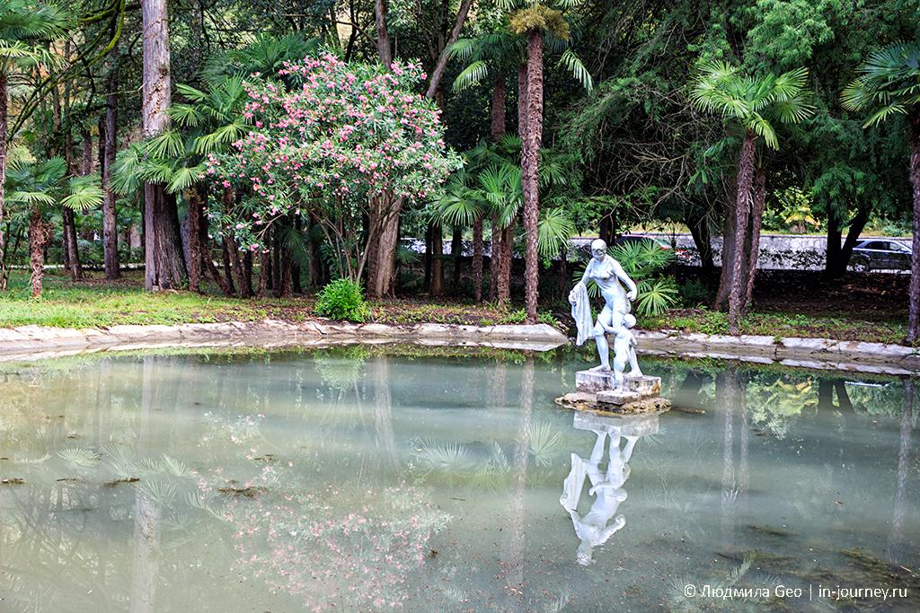 скульптура и водоем в Приморском парке Гагры