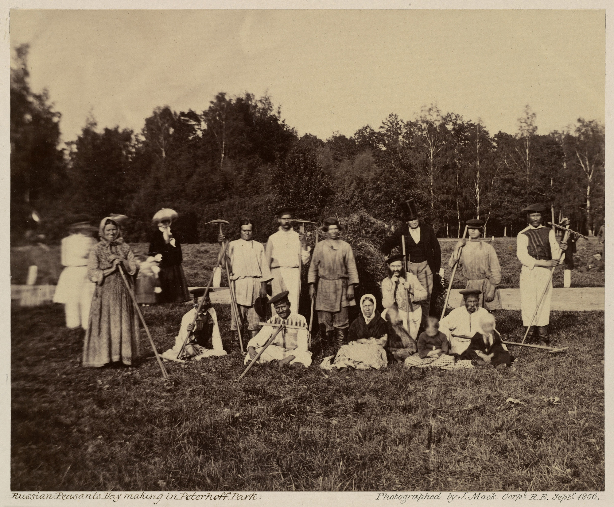Русские крестьяне в парке Петергофа