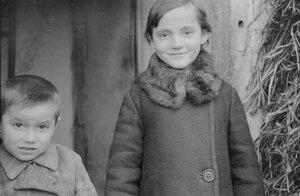 Девочка с братом
