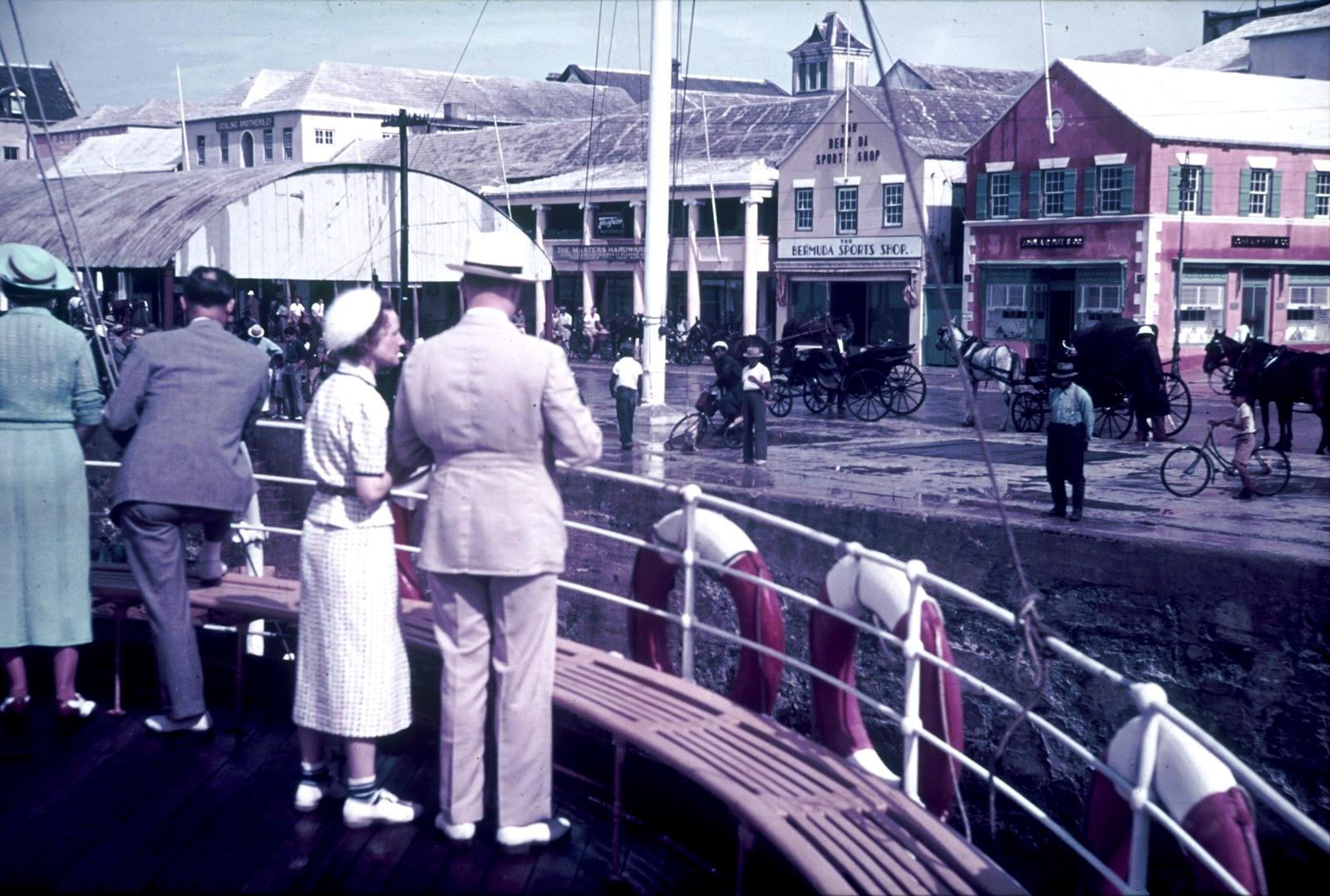 Бермудские острова. Гамильтон. Вид на набережную с палубы пассажирского судна.