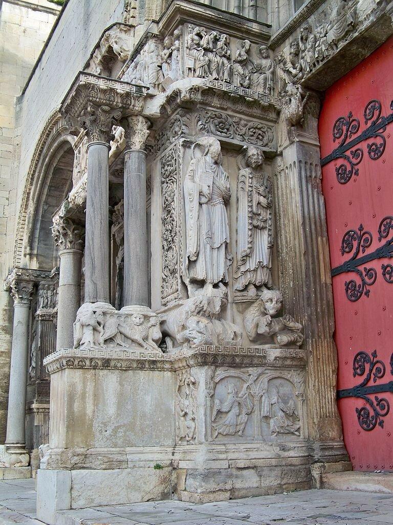 768px-St_Gilles_-_facade_abbatiale_1.jpg