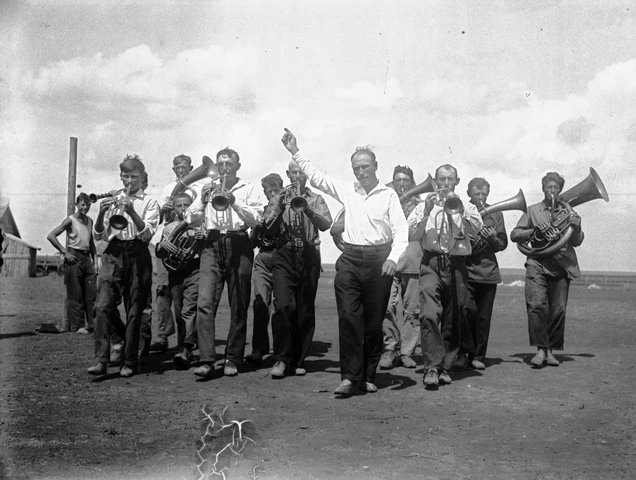 Kolhoz.-Samodeyatelnyj-krestyanskij-duhovoj-orkestr-v-nebogatom-evrejskom-kolhoze.-Ukraina-1936-Panin.jpg
