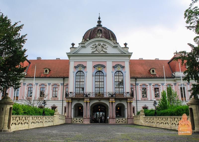 Геделле находится в 30 километрах от Будапешта