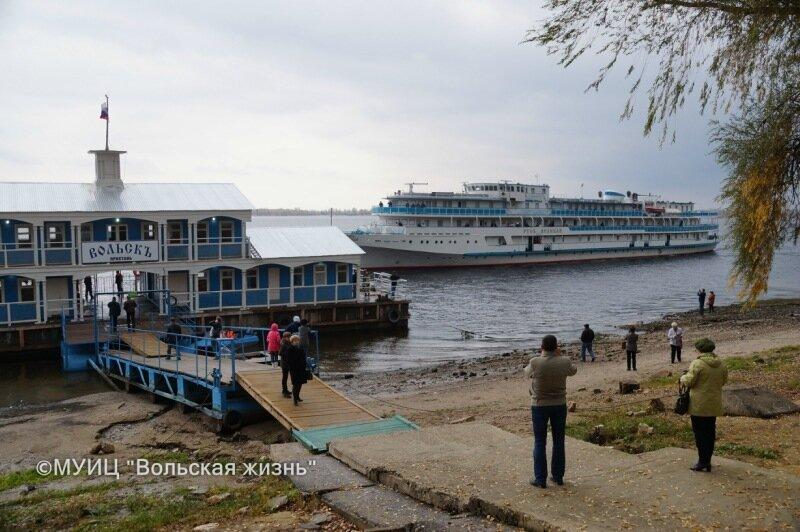 К вольской пристани причалил первый туристический теплоход
