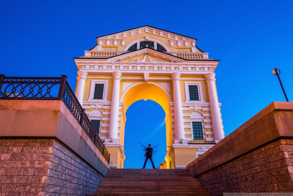 9. В августе 2009 года было решено восстановить арку. Мемориальная доска: «Московские ворота были во