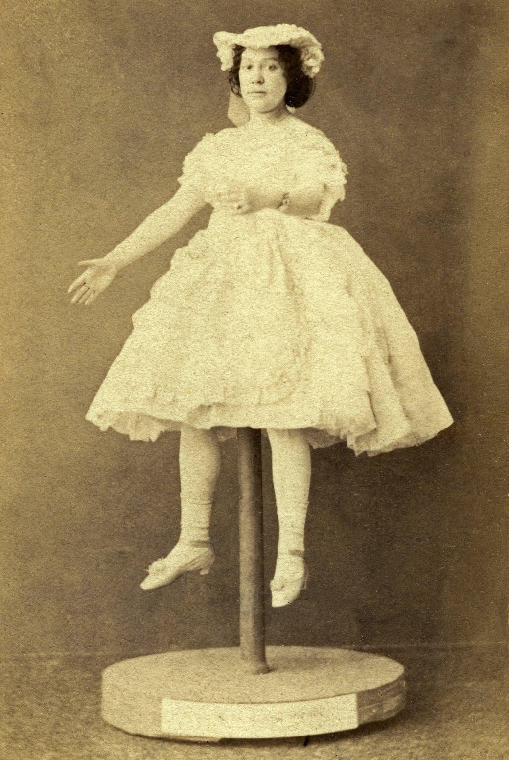 Пара артистов распаковала свою куклу в 1925 году.