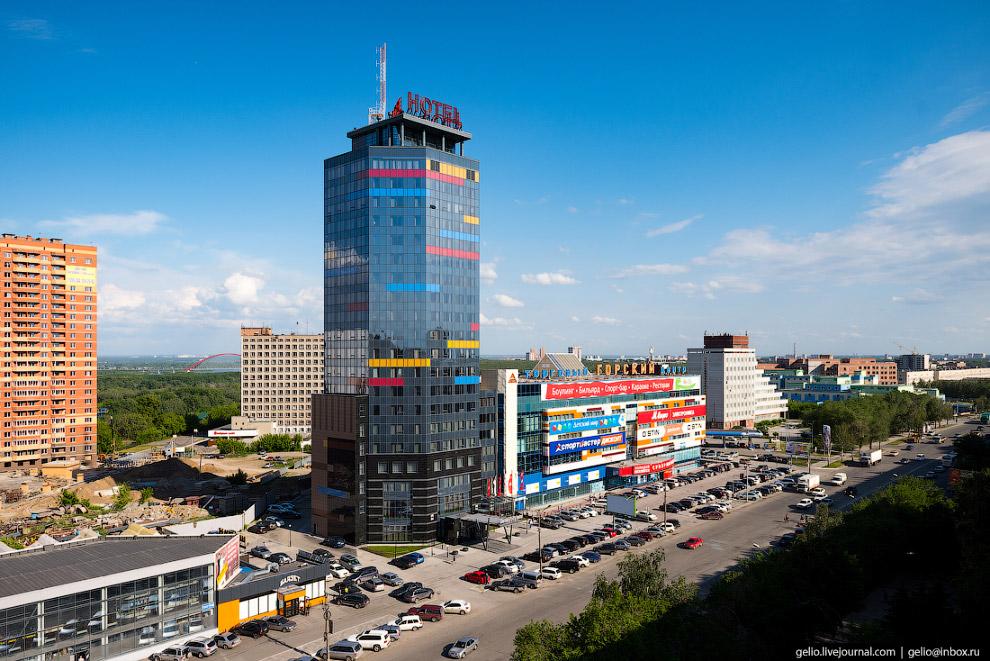 79. Стилизованный «под Голландию» торговый центр «Амстердам» в левобережье Новосибирска.