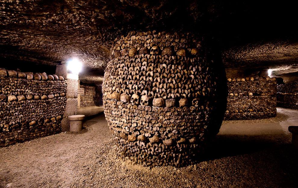 Когда в конце XVIII века в катакомбы свозили кости со всех кладбищ в пределах городской стены (в том