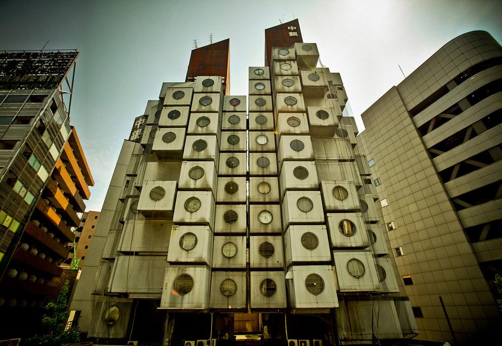 Дом состоит из 140 отдельных капсул, которые работают как клетки-модули, внутри которых находятся оф