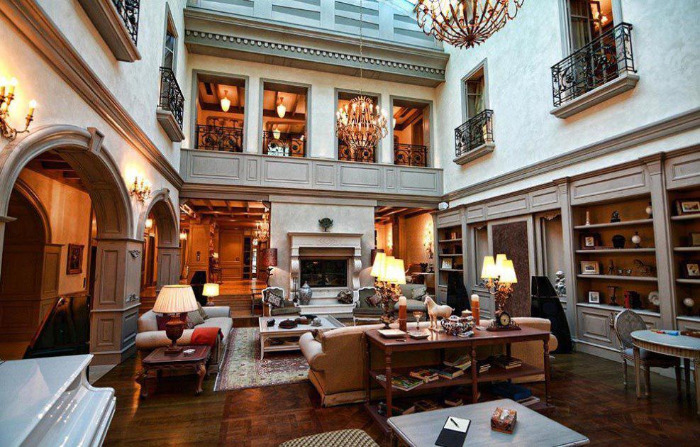 На цокольном этаже расположены холл, сейфовая комната и винный погреб. На первом — две спальни, обед