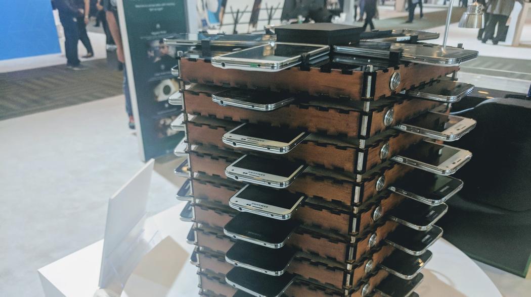 Деньги из старых мобилок: Samsung соорудила майнинг-ферму из Galaxy S5 (5 фото)