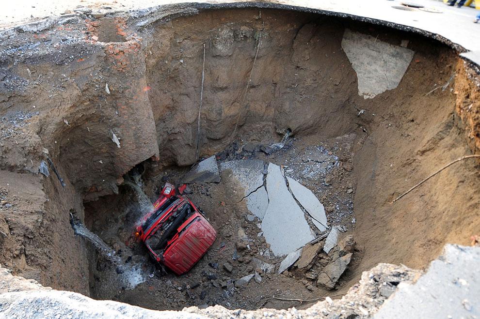 9. Провал на дороге в Сан-Диего, образовавшийся 4 октября 2007. Три дома на переднем плане были силь