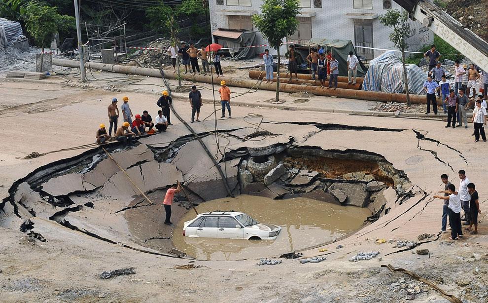 22. Провинция Хунань, 15 июня 2010 года. Дыра 150 метров в диаметре и 50 метров в глубину уничтожила