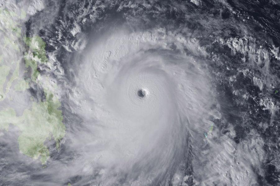 Существует две основные разновидности тайфунов — один вид несет с собой мегатонны воды, котора
