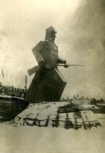 Площадь Окулова. Временный памятник красноармейцу из фанеры.