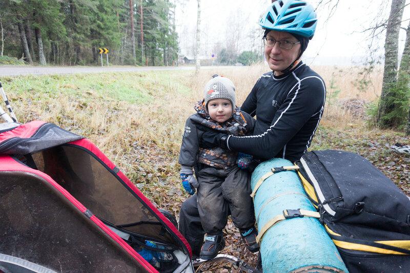 ребенок в велопоходе с детским прицепом осенью