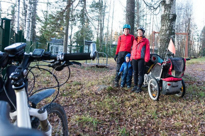 мама, папа и ребенок в велопоходе по финляндии в ноябре