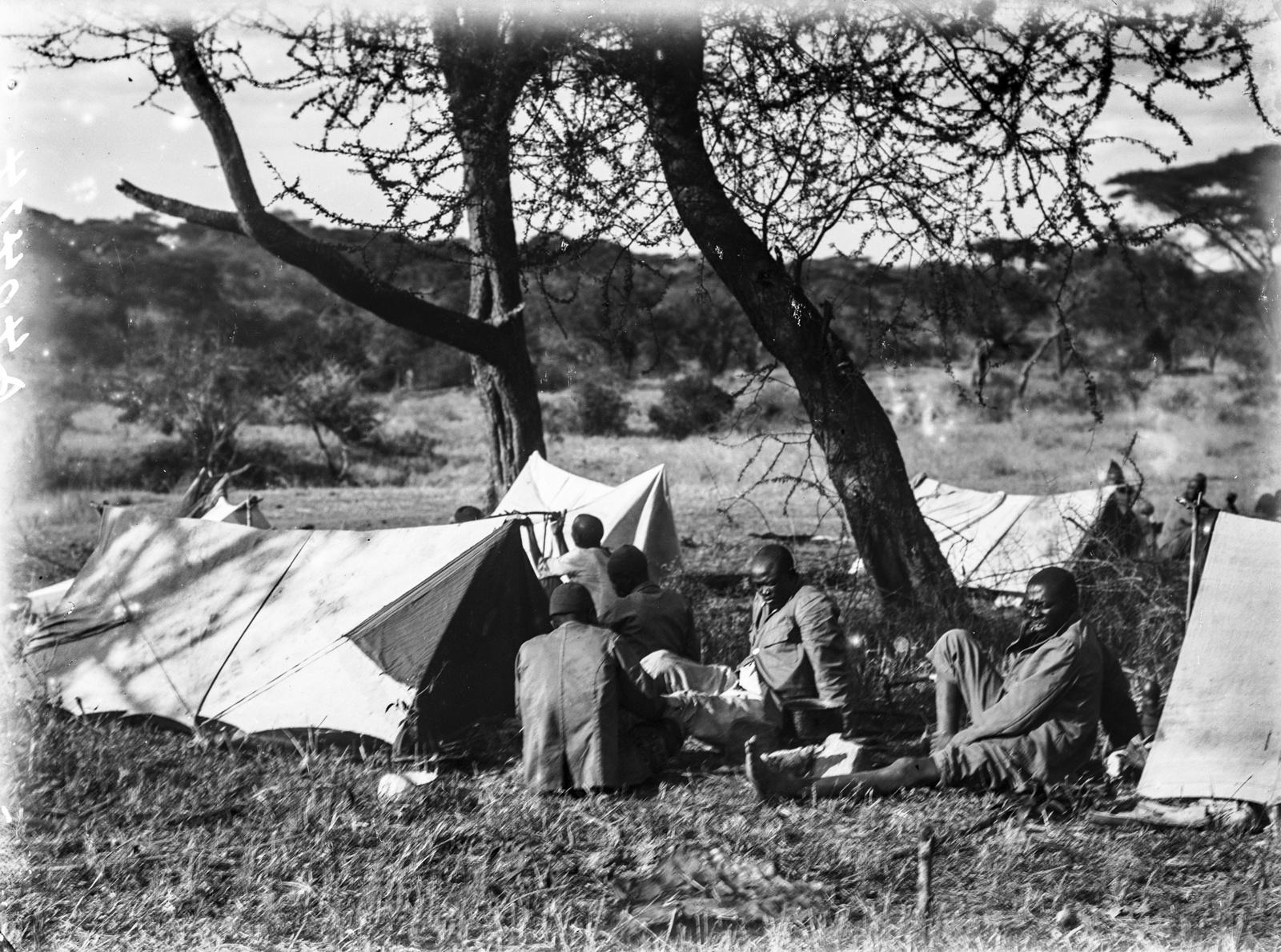 124. Носильщики у палатки