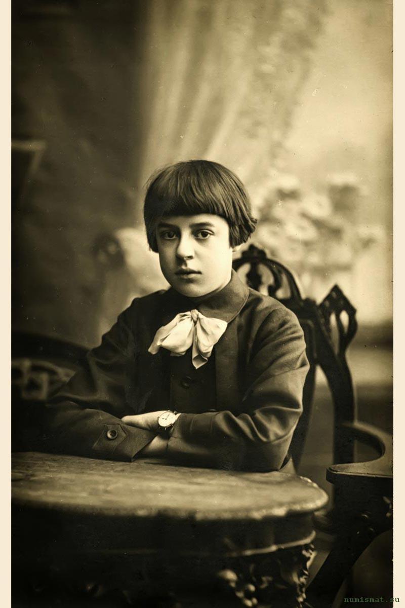 Жоржик Грибушин (1902-... гг.) – младший сын Сергея Михайловича Грибушина, продолжателя  рода чайной династии