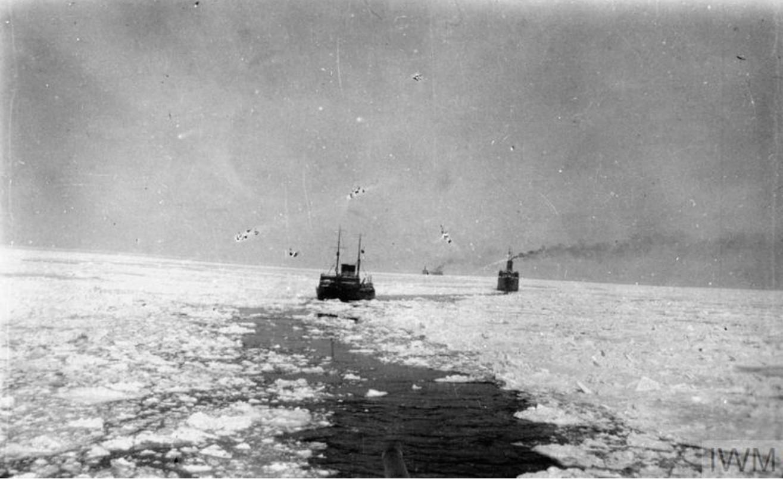 Два транспорта пробираются через проход, прорубленным ледоколом