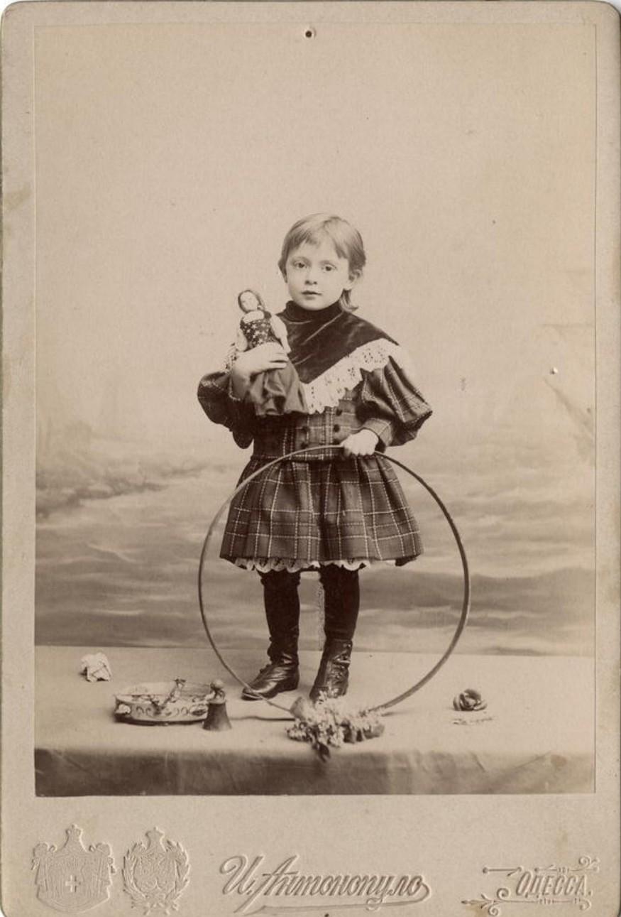 Портрет девочки с обручем и куклой