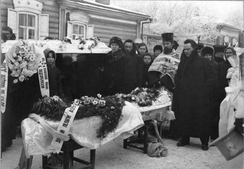 Похоронная процессия возле гроба Подгорбунской Пелагеи Андреевны, супруги священника Подгорбунского