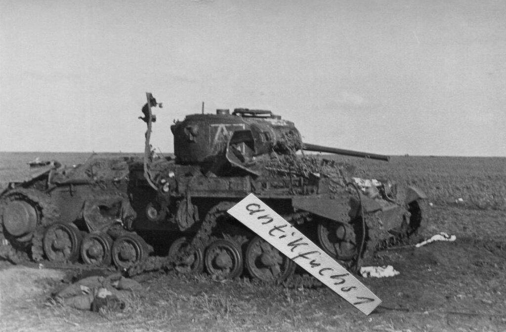 """Подбитый пехотный танк  Mk.III """"Валентайн"""" из 64-й тбр, подбитый в мае 1942 г. в р-не с. Пантелеева (Красная) Балка  Барвенковского района Харьковской обл."""