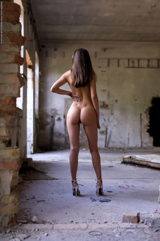 голая на заброшенном здании фото