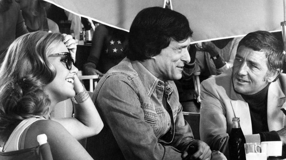 14. Хефнер с моделями Кэнди Ловинг (слева) и Деброй Джо Фондрен на шоу в честь 25-летия журнала Play