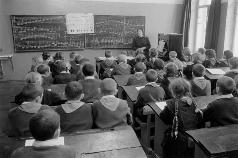 Их балбес учился, как все, в школе. Это урок пения — тогда музыкальной грамоте учили поголовно.