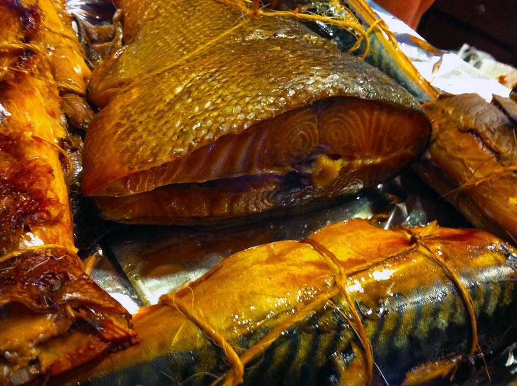 5. Копченая рыба.   В основном ее делают с помощью жидкого дыма - сильнейшего канцерогена, запр