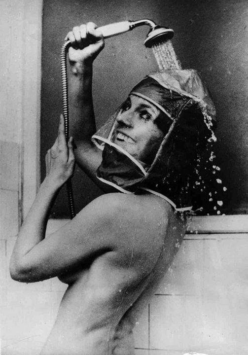 18. Гермошлем для душа, 1970 год. Для сохранения макияжа и прически