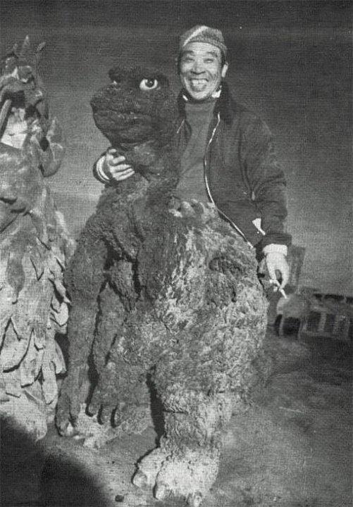 28. Годзилла на перекуре между дублями, Япония, 1954 год. Актер Харуо Накадзима участвовал во всех ф
