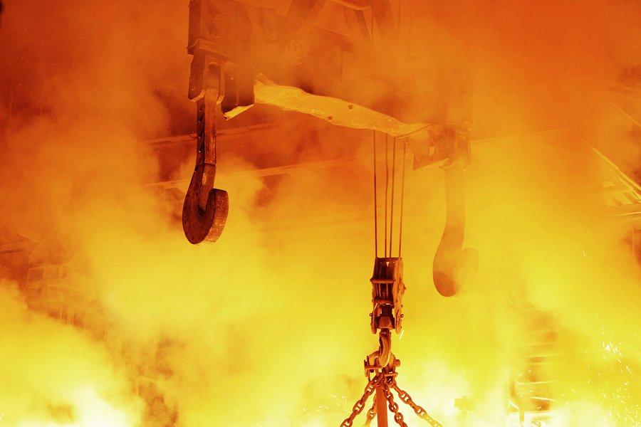 Когда всю сталь сольют из печи в ковши, ковши отправляются в другой цех и сталь разливается в формы,