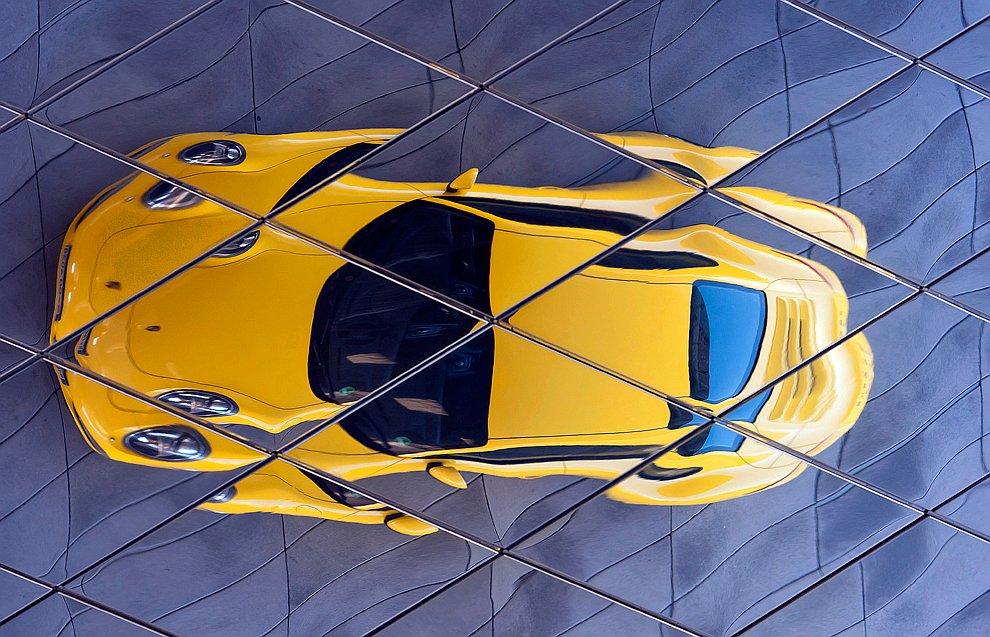 В окне автомобиля.  (Фото Anne Sherwood | The New York Times):