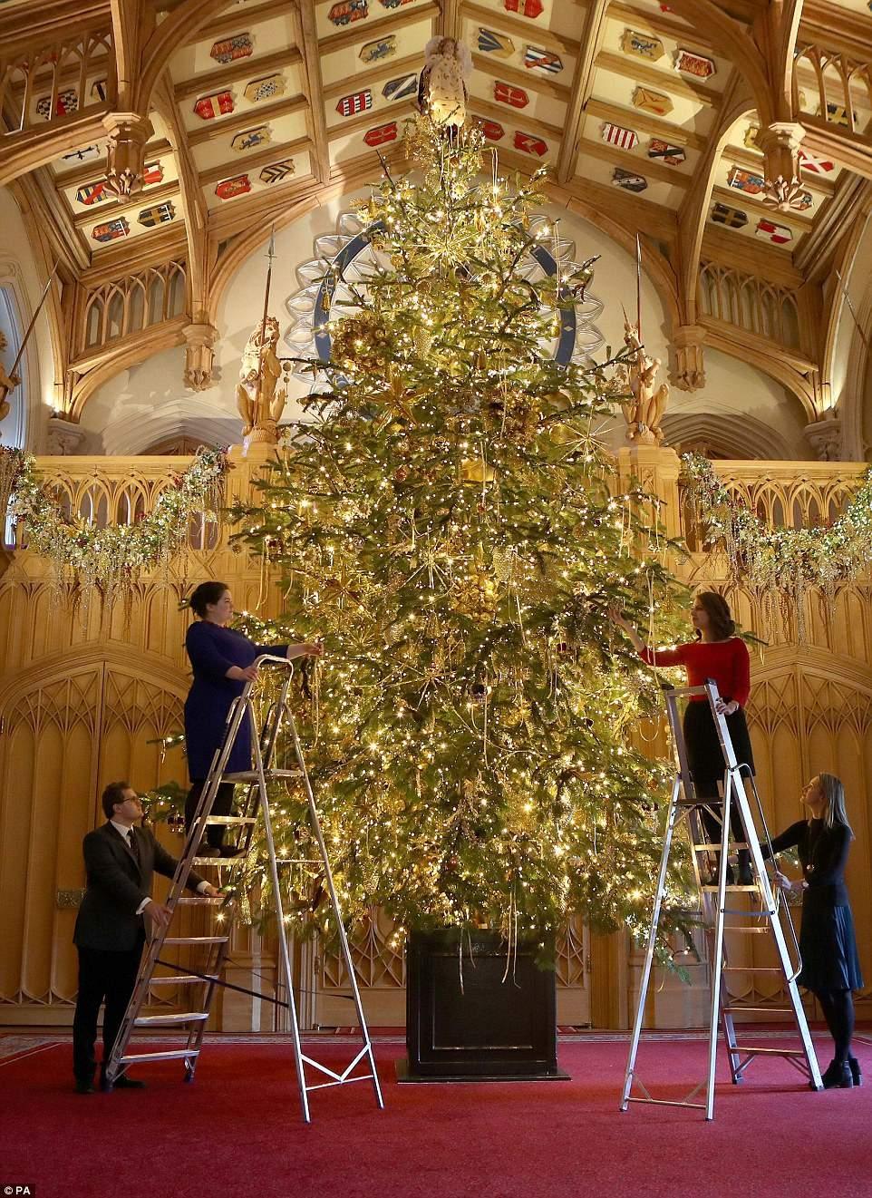 Букингемский дворец неузнаваемо преобразился на Рождество (9 фото)