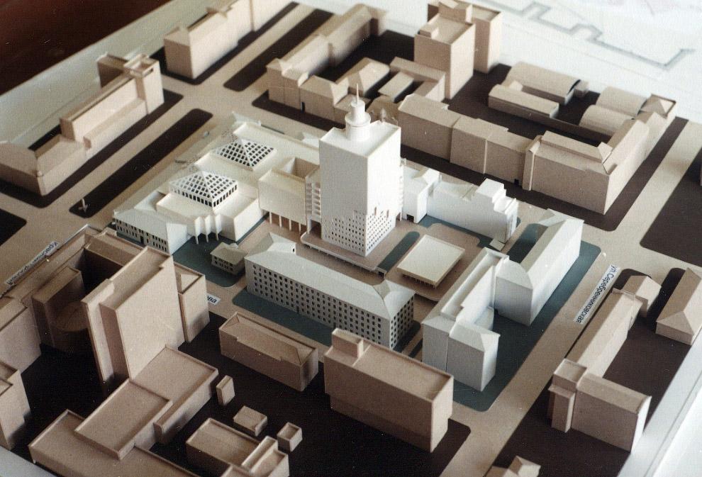 24. Апрель 1998 года. Параллельно проектированию на строительной площадке идёт подготовка котлована.