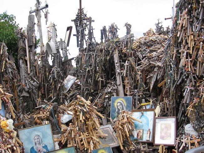 Гора Крестов — это святыня в Литве. Она представляет собой холм, на котором установлено огромное кол